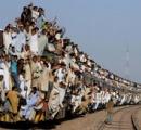 【動画】日本の満員電車が異常すぎると話題にw 駅員が乗客の詰め込み作業を1分間にわたり行うwww