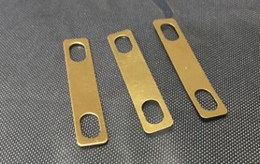 『デタッチャブルネック(ボルトオン)の弦高、ネック角度を調整する「シム」挿入の効果』の画像