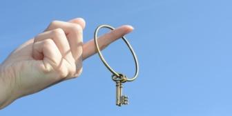 彼の家にお泊まりするようになりました。順調だなーって思ってた矢先、元カノが彼の家の鍵を持ってることが発覚。元カノと彼は連絡取り合ってて…