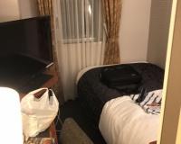 【画像】一泊1万円する日本の一流ビジネスホテルの広さwwwwwwwwwwwwwwwwwwwwwwwwwwww