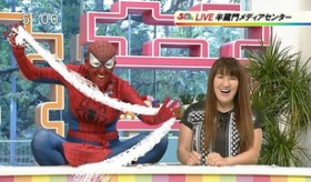 【テレビ】  彼女は愛すべき女性だな。日本のテレビニュースにスパイダーマンのコスプレをした出演者が登場!!   海外の反応
