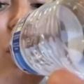 【イヌ】 お姉さんがペットボトルの水を飲んでいた。回収しますね~♪ → 犬はこうした…