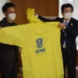 『[栃木SC] クラブグッズのポンチョ500枚を寄贈 宇都宮市へ医療防護用として「少しでもお役に立てれば」』の画像