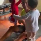 『【マッチョぶりがすごい…!?】クリスティアーノ・ロナウドが子供たちと一緒にワークアウト…!Cristiano Ronaldo uses his kids as weights』の画像