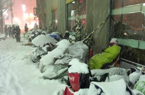 【悲報】北海道の福袋待機列、凍タヒ寸前でも並んでるwwwwwwwwwwwwのサムネイル画像