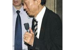 鳩山 小沢一派に勝利 親指立ててサイン