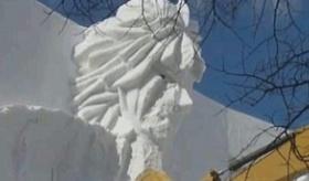 【日本の祭り】  溶けるのを待たないの? 札幌雪まつりの像を ショベルカーで壊す様子。  海外の反応