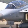 文韓国大統領が国産戦闘機FA-50に乗りソウル上空を飛行…航空宇宙・防衛展ADEXに合わせ!