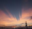 【自然現象】夕陽がバッサリ 近畿で薄明光線現象 「綺麗な夕焼け!」「不気味だ」(画像あり)