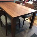 『イマダ・厚さ42ミリのウォールナット無垢仕様のテーブル・リスタ1600』の画像
