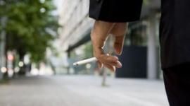 """【話題】喫煙率が高いのは世帯年収200万円未満の""""低所得層""""…週60時間以上働く人の3割が肥満"""