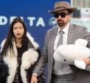 """ニコラス・ケイジ、ぬいぐるみを抱えて新恋人と噂の""""アジア人女性""""と空港に降臨!"""