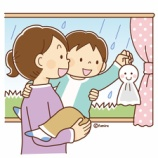 『【クリップアート】てるてる坊主をもつ子どものイラスト』の画像