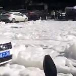 【動画】中国、マンホールから大量の白い泡が噴き出す!道路一面を覆い交通渋滞に [海外]