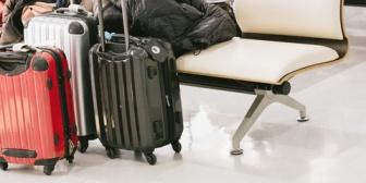 2泊3日でテーマパークに旅行予定。1泊目と2泊目で泊まるホテルが違うんだけど、荷物はどうするのがいいのかな?