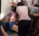 【動画】地下鉄で女性2人が座席を奪い合い、殴り合いのケンカ 中年女性が若い女性の服を引き裂く(画像あり)
