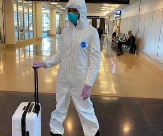 """【モデル】ナオミ・キャンベル(49)、防護服、ゴーグル、マスク、ゴム手袋の""""完全防備""""で空港に現れる"""
