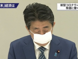 【悲報】安倍総理、変なマスクを付けてしまう