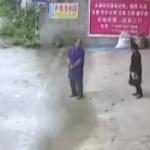 【動画】中国、ワゴン車がスリップ!一回転ジャンプで駐車場へウルトラC駐車!