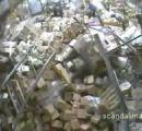 【動画】フォークリフトが倉庫内の商品に触れ ドミノ効果で倉庫内がほぼ崩壊【国不明】