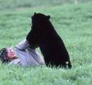 クマに擦り寄られてもまったく動じないメキシコの女性たち「メキシコでは熊よりも人間のほうが残虐」