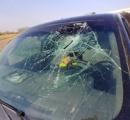 運転中にフロントガラスに斧が突き刺さった!オーノー!