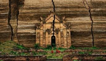 圧倒的な存在感!岩山をくり抜き作られた未完の仏舎利殿『ミングン・パゴダ』