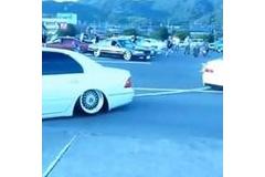 【車高は知能に比例w】ズリズリズリ…!車高を下げすぎたVIP CAR。自力でバックできず牽引されるwww