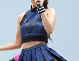 女優の瀧本美織さんがミニスカへそ出しで熱唱wwww