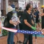 【動画】香港、デモで掲げたアメリカ国旗を丁寧に畳む香港人、これが国旗への敬意 [海外]