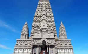 タイで人気の仏塔に「まさかの」