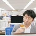 後輩「うちの会社、3年目ですら年収300万いかないなんて、今の日本は不況なんだな......」一同「(目が点)」→ 実はこれ…