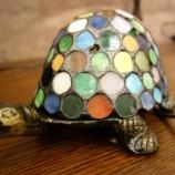 『亀のステンドグラス仕様の置物』の画像