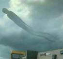 ショッピングモール上空に巨大なヒト型浮遊生物が出現、全長100メートル ザンビア(画像あり)
