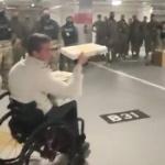 【動画】米国、バイデンが議事堂から駐車場へ追い出した兵士達にピザを届けるトランプ支持の最年少議員