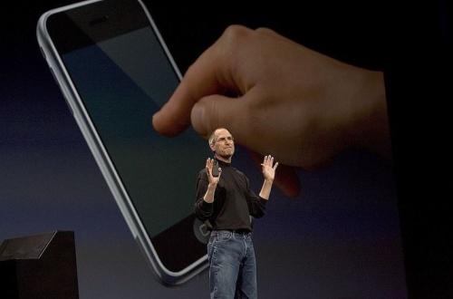 ジョブズ「iPhoneに戻るボタンは必要やと思うよ」デザイナー「は?そんなもんいらへんやろ」のサムネイル画像