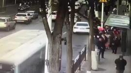 【動画】巨大な陥没穴出現でバス落下、6人死亡10人が行方不明…中国