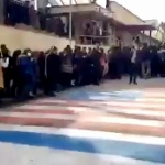 【動画】イラン市民、踏み絵用の米国旗を避けて通る!「敵はアメリカでなく政府だ」 [海外]