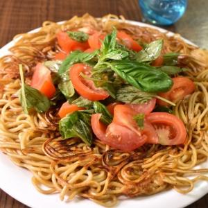 カリカリ麺が美味しい♪トマトとバジルの焼きそば