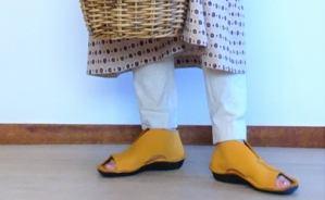 黄色の靴とゆったりワンピで