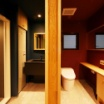 濃紺の洗面室 濃赤のトイレ