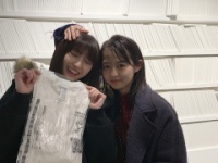 【乃木坂46】井上小百合が伊藤万理華の個展を訪れる!ツーショットも!