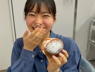 アンジュルム川名凜が生クリームを鼻につけるあざと可愛いポーズを披露