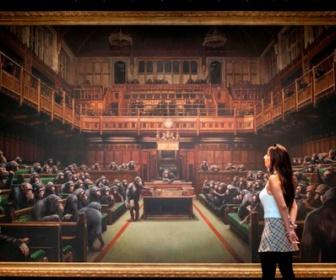 【これがアートだ】バンクシー作品で過去最高額 「猿の議会」絵画に13億円