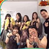『乃木坂46×バナナマン 本番後のオフショット動画!後ろに歌詞と段取り書いててワロタwwwww』の画像