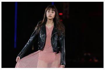 山本美月の透けスカートで見えたピンクの大きなパンティー