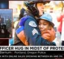 【画像】「私たちは、善意をつくり出すためにこの仕事をやっている」…黒人少年と抱き合う白人警官、全米の心を打った1枚の写真