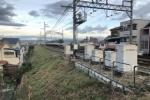 京阪電車の線路沿いの土手が見事に刈り取られてる!〜除草作業が終わったみたい〜