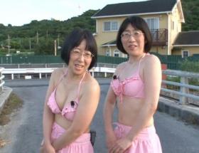 阿佐ヶ谷姉妹が水着姿を披露し「リアルなナイスバディ」「女神降臨」と話題に