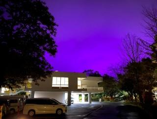 外国人「だって日本だもん」空の色が紫に変わった理由が話題
